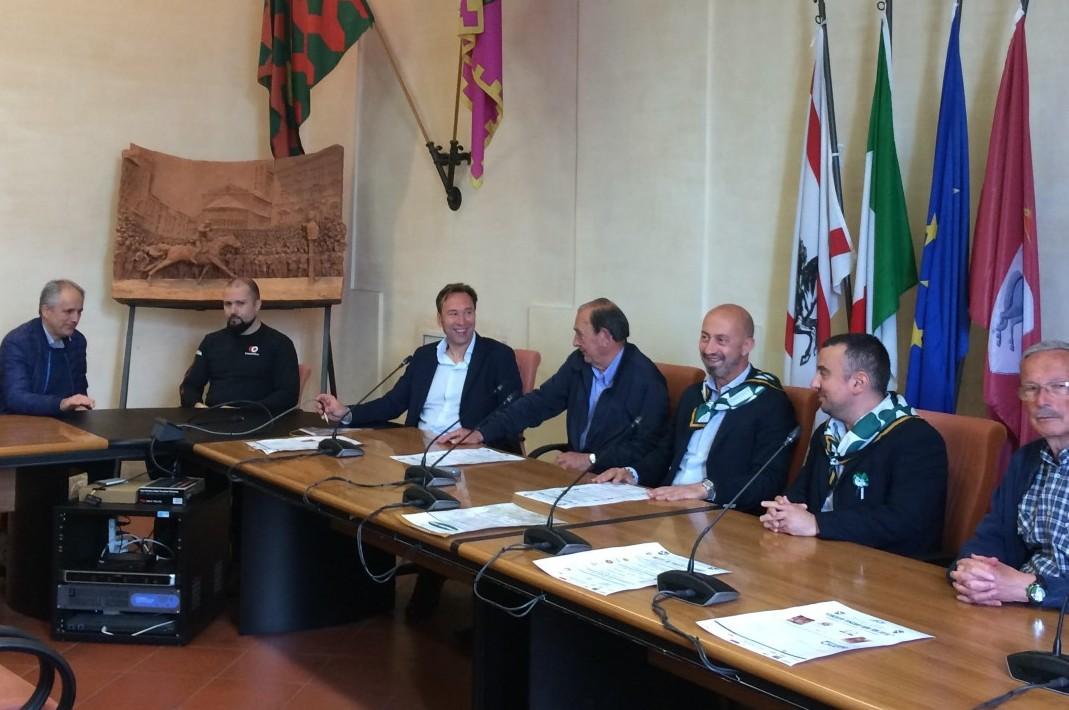 """Porta Sant'Andrea: presentata l'XIª edizione di """"Metti in Piazza lo Sport"""" e la XXXª """"Pedalata Biancoverde""""."""
