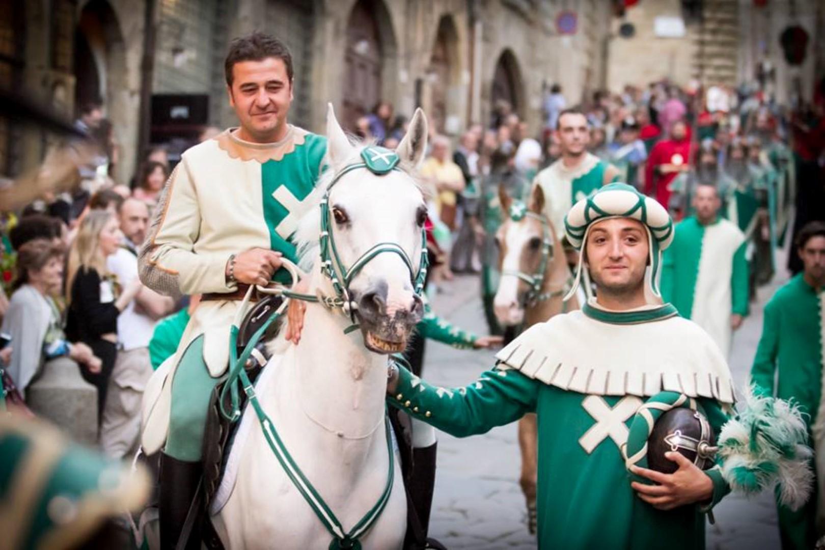 Porta Sant'Andrea: rinnovato l'accordo con il giostratore Enrico Vedovini.