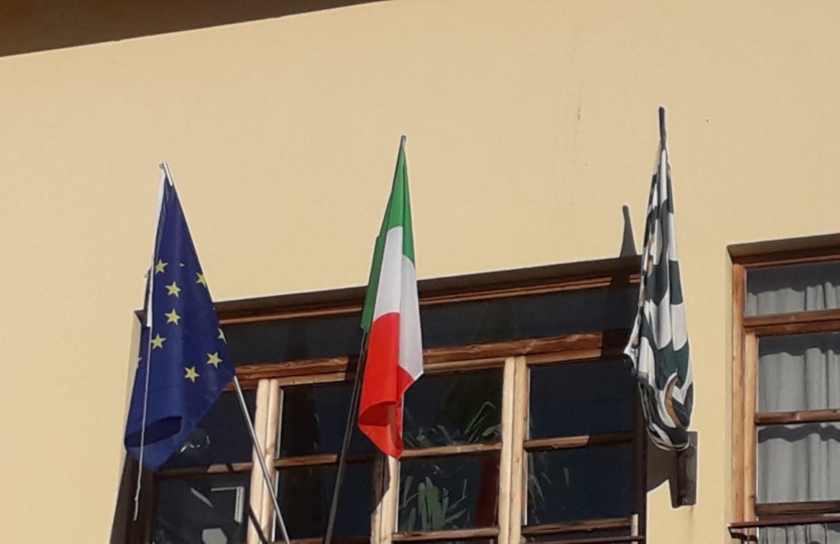 Replica Vicesindaco Gianfrancesco Gamurrini su apposizione bandiera Porta Sant'andrea alla scuola primaria di Olmo